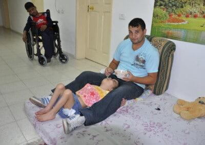 intanto il volontario si occupa dei bambini