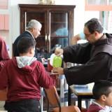 I frati e i bambini di Betlemme alla mensa della scuola